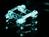 Externes Magnetfeld treibt eine kleine Laufmaschine an