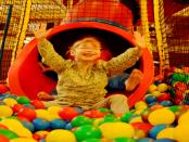 Überdachter Spielplatz - Kindercafè Valentin: Wenn das Wetter mal nicht mitspielt