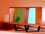 """Transparentes Display: Der """"Fernseher"""" der aussieht wie eine holzgefertige Vitrine"""