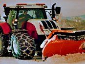 Mit dem Traktor Schnee räumen